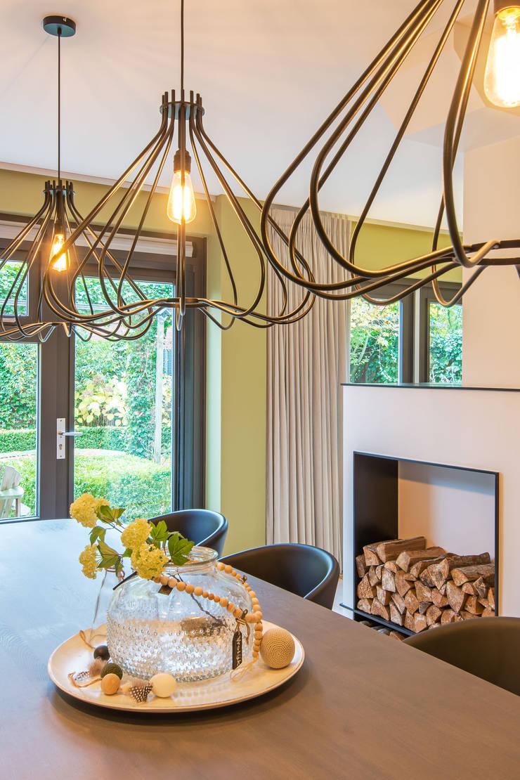 Salas / recibidores de estilo  por HomeAccent Interieurbureau, Moderno