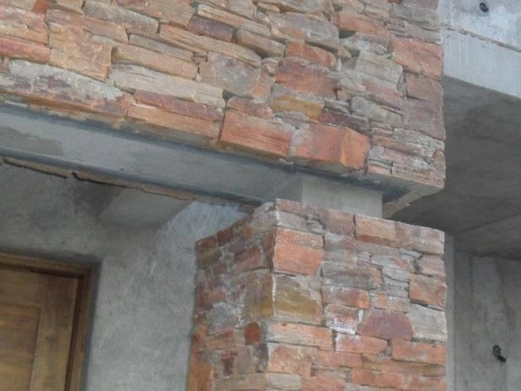 Vivienda en Bº Priv. Jardines del Puente – Guaymallén: Casas de estilo  por CALVENTE - TIÓN Arquitectas,