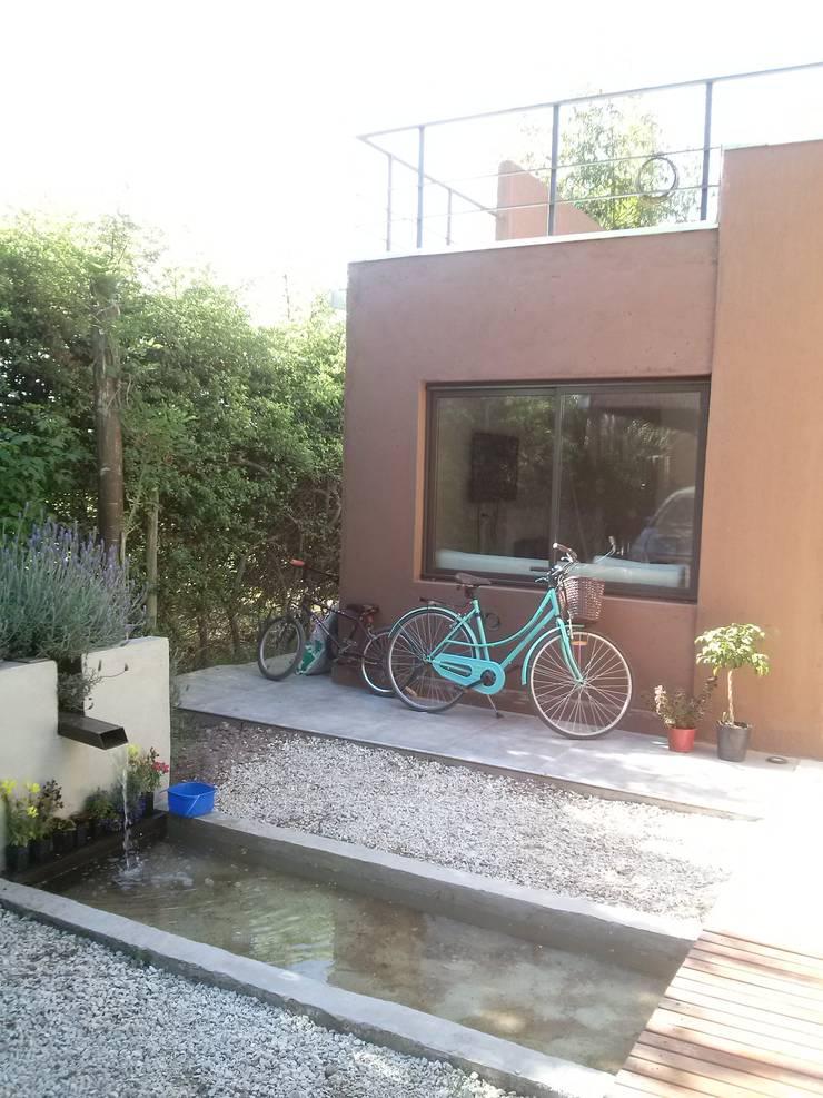 Remodelación y Ampliación en Bº Priv. Los Cerezos – Maipú.: Casas de estilo  por CALVENTE - TIÓN Arquitectas,