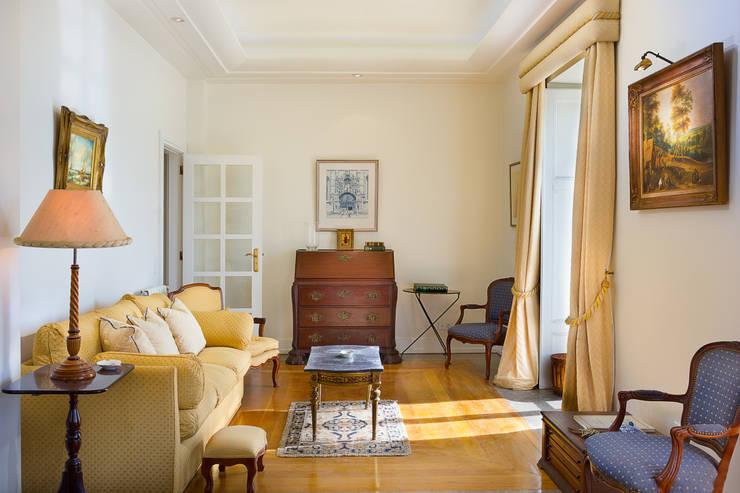 Read Room: Salas de estar  por Pedro Brás - Fotógrafo de Interiores e Arquitectura | Hotelaria | Alojamento Local | Imobiliárias ,Clássico
