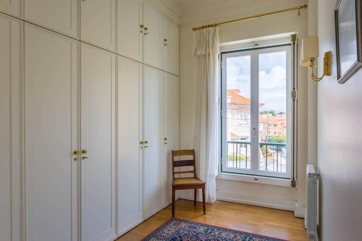 Dress Room in Master Suite: Closets  por Pedro Brás - Fotógrafo de Interiores e Arquitectura | Hotelaria | Alojamento Local | Imobiliárias ,Clássico