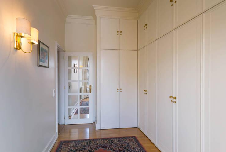DressRoom in Master Suite: Closets  por Pedro Brás - Fotógrafo de Interiores e Arquitectura | Hotelaria | Alojamento Local | Imobiliárias ,Clássico