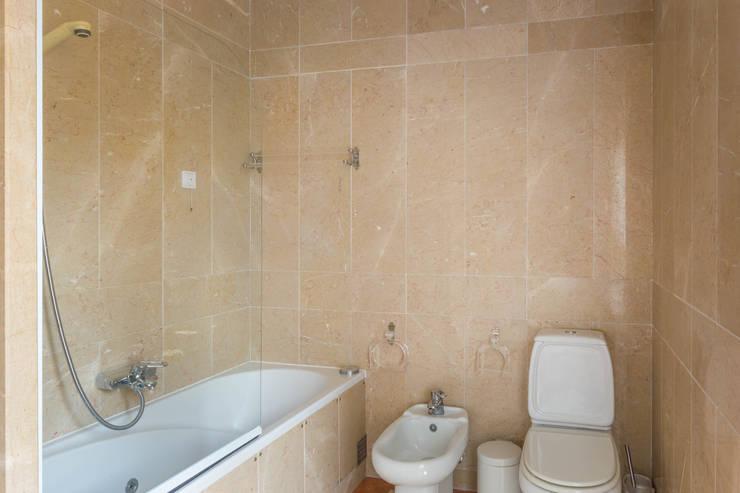 Bathroom - Master Suite: Casas de banho  por Pedro Brás - Fotógrafo de Interiores e Arquitectura | Hotelaria | Alojamento Local | Imobiliárias ,Clássico