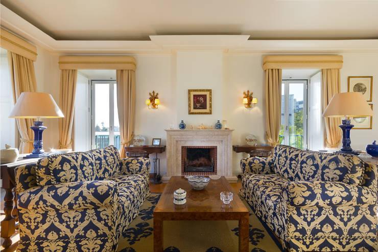 Living Room with Fireplace: Salas de estar  por Pedro Brás - Fotógrafo de Interiores e Arquitectura | Hotelaria | Alojamento Local | Imobiliárias ,Clássico