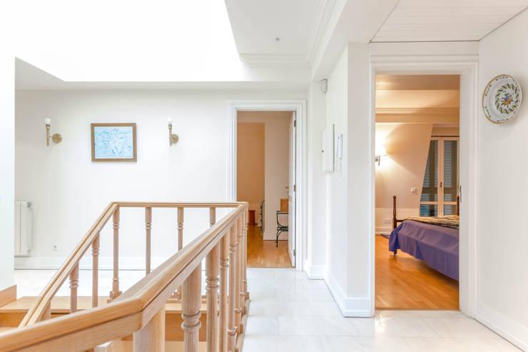 1 st Floor Room Entrances: Quartos  por Pedro Brás - Fotografia de Interiores e Arquitectura | Hotelaria | Imobiliárias | Comercial