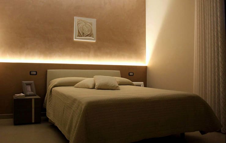CASA TF: Camera da letto in stile  di De Vivo Home Design