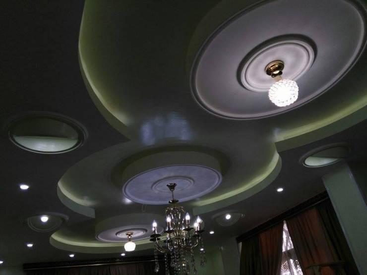 تشطيب شقة بالتجمع الخامس بالقاهرة الجديدة  مع شركة كاسل:  غرفة المعيشة تنفيذ كاسل للإستشارات الهندسية وأعمال الديكور في القاهرة, كلاسيكي