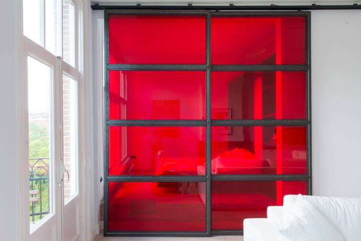 rode industriele schuifdeuren:  Slaapkamer door IJzersterk interieurontwerp, Industrieel Glas