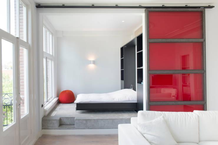 slaapkamer met uitklapbed.:  Slaapkamer door IJzersterk interieurontwerp, Modern