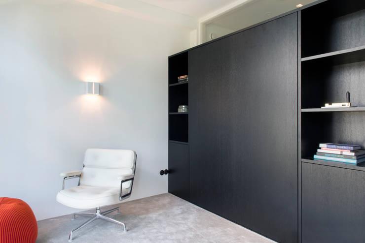 kastenwand met uitklapbed van zwart eiken:  Woonkamer door IJzersterk interieurontwerp, Modern Massief hout Bont