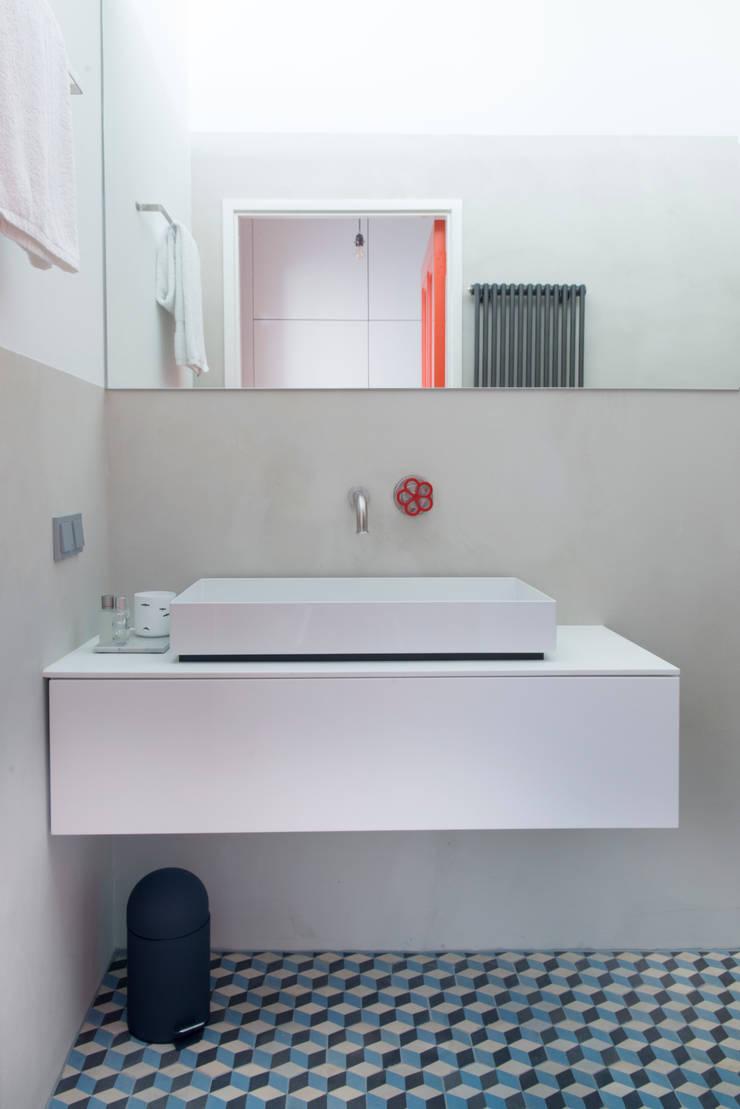 badkamer met onverwachte kleuren:  Badkamer door IJzersterk interieurontwerp, Modern