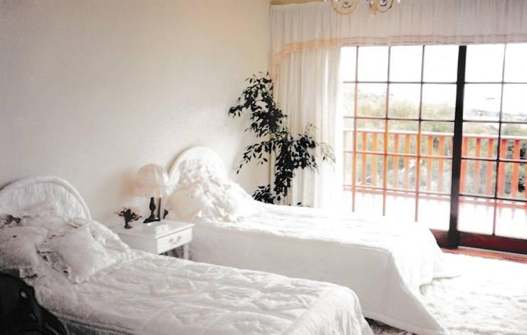 Bedroom:   by Bibby Interior Design