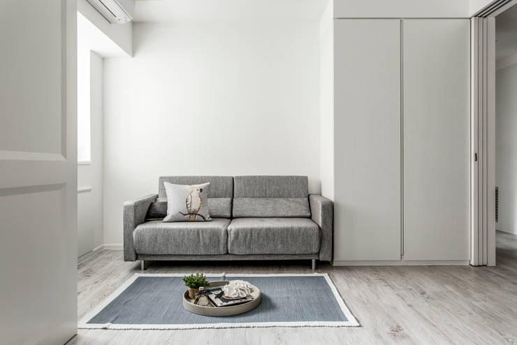 流白:  臥室 by 潤澤明亮設計事務所