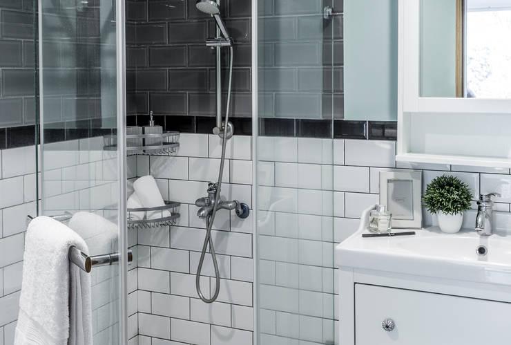 山林曉居:  浴室 by 潤澤明亮設計事務所