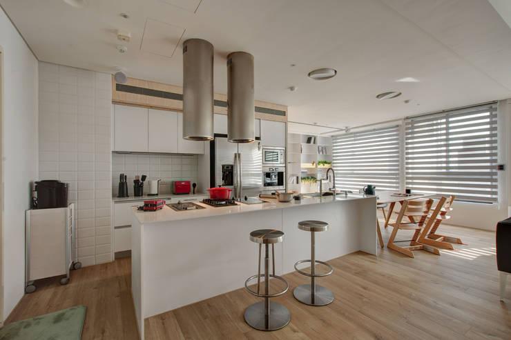 Childlike - House M:  系統廚具 by 六相設計 Phase6