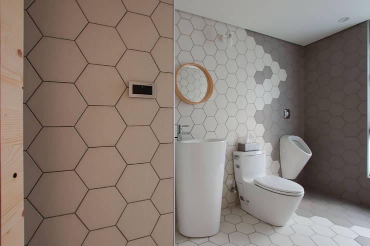 Childlike - House M:  浴室 by 六相設計 Phase6