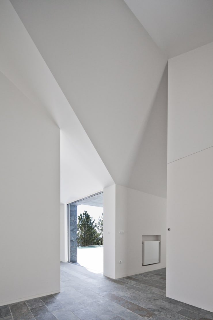 Casa de Afife: Corredores e halls de entrada  por Menos é Mais - Arquitectos Associados