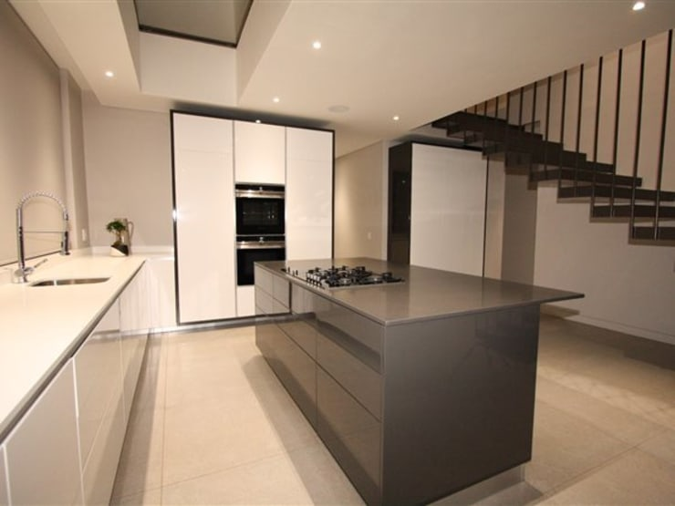 Kitchen:  Kitchen by E2 Architects, Minimalist Granite