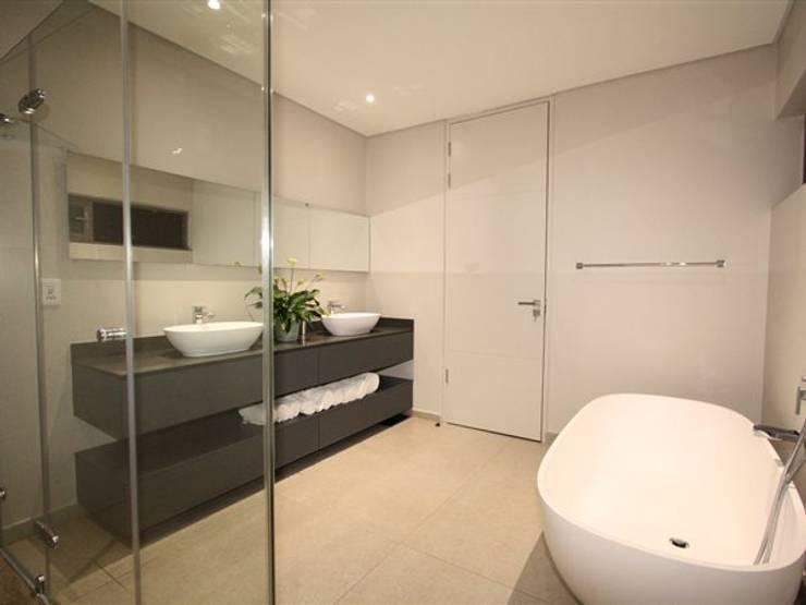 Salle de bains de style  par E2 Architects