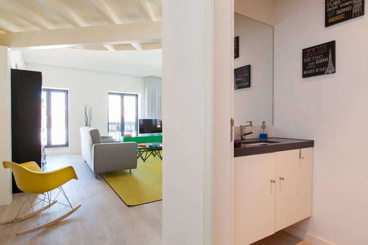 Casa de banho social: Casa de banho  por All you need is Portugal
