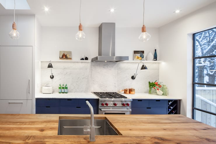 Main Kitchen Line with Marble Backsplash:  Kitchen by STUDIO Z