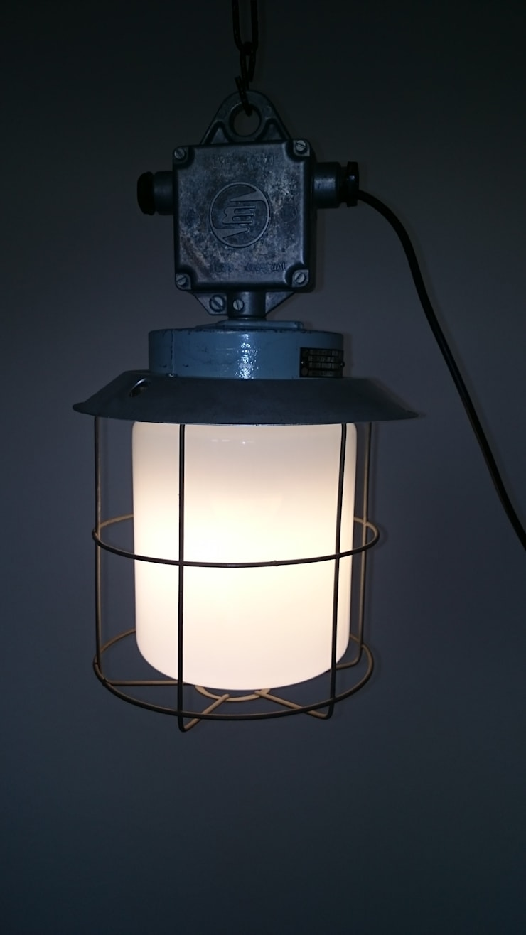 INDUSTRIAL LIGHT:  Living room by INDUSTRIALHUNTERS