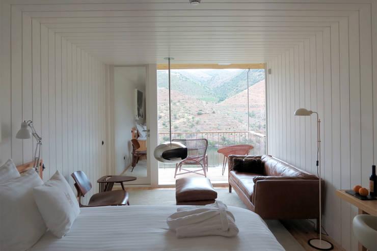 Casa do Rio: Quartos modernos por Menos é Mais - Arquitectos Associados