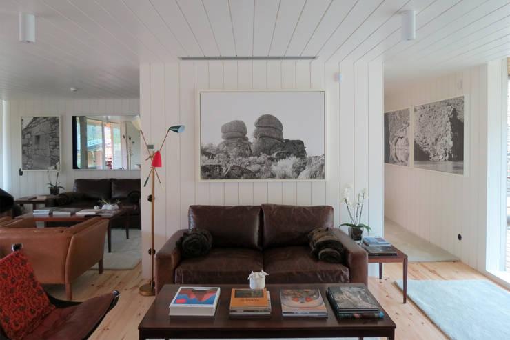 Casa do Rio: Salas de estar modernas por Menos é Mais - Arquitectos Associados