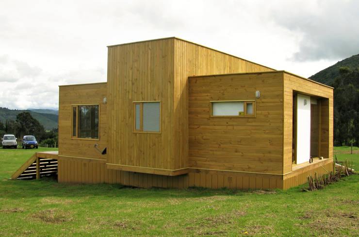 Casa cubica madera: Casas de estilo  por Taller de Ensamble SAS, Moderno Madera Acabado en madera