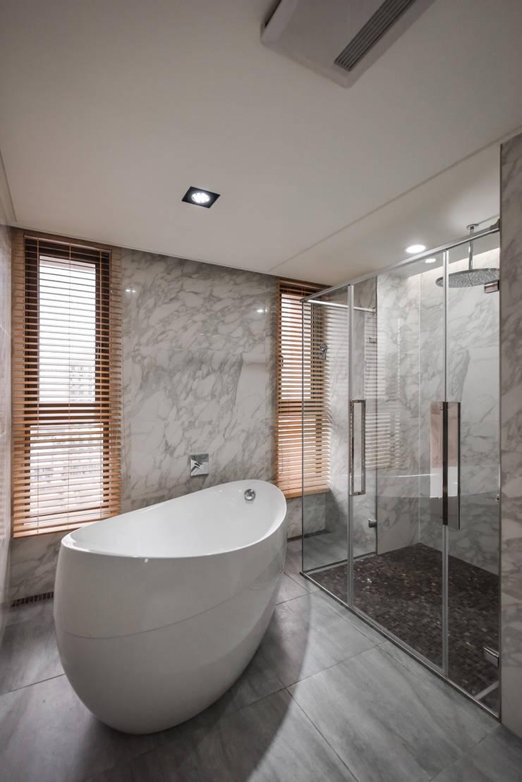 住宅 │ 高雄 德勒斯登 Dresden Lin Residence:  浴室 by 匯羽設計 / Hui-yu Interior design