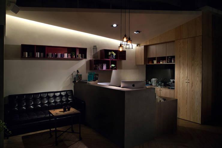 商空 │ 肆 FOR Hair Salon:  辦公室&店面 by 匯羽設計 / Hui-yu Interior design