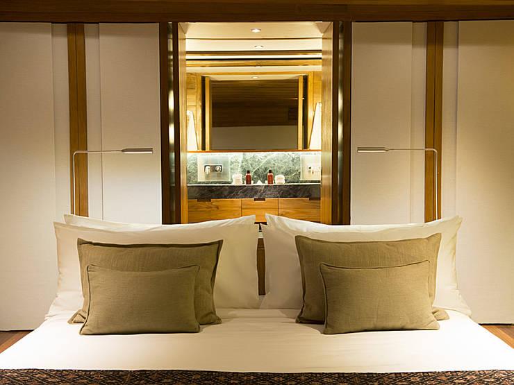 Amandira Yacht:  Yachts & jets by Deirdre Renniers Interior Design,Asian