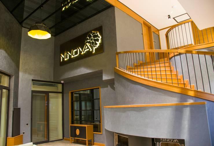 Pasillos, vestíbulos y escaleras de estilo moderno de MAESTRO İÇ MİMARLIK Moderno