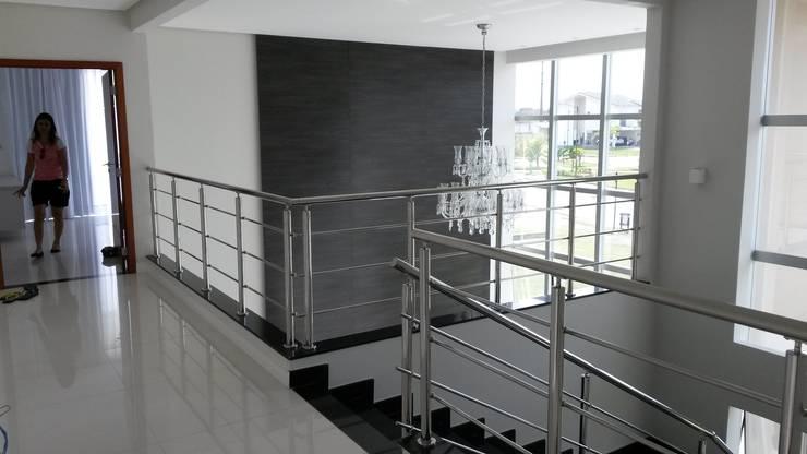Hall da Escada: Corredores e halls de entrada  por Rmlo Arquitetura . Design . Iluminação