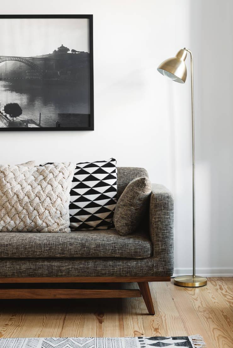 Detalhe de candeeiro: Salas de estar  por Arkstudio