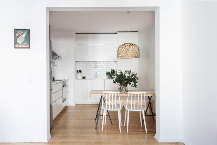 Vista geral da cozinha: Cozinhas  por Arkstudio