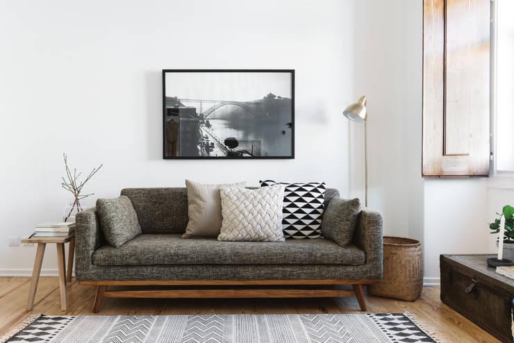 Sofá: Salas de estar  por Arkstudio