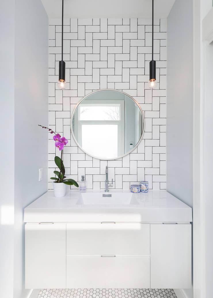 Ensuite Bathroom with Custom Tile Pattern: modern Bathroom by STUDIO Z