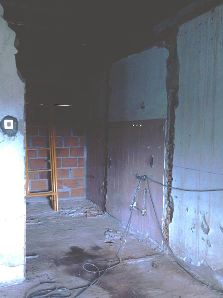 Futura casa de banho, com porta de correr - Antes:   por HC Construções