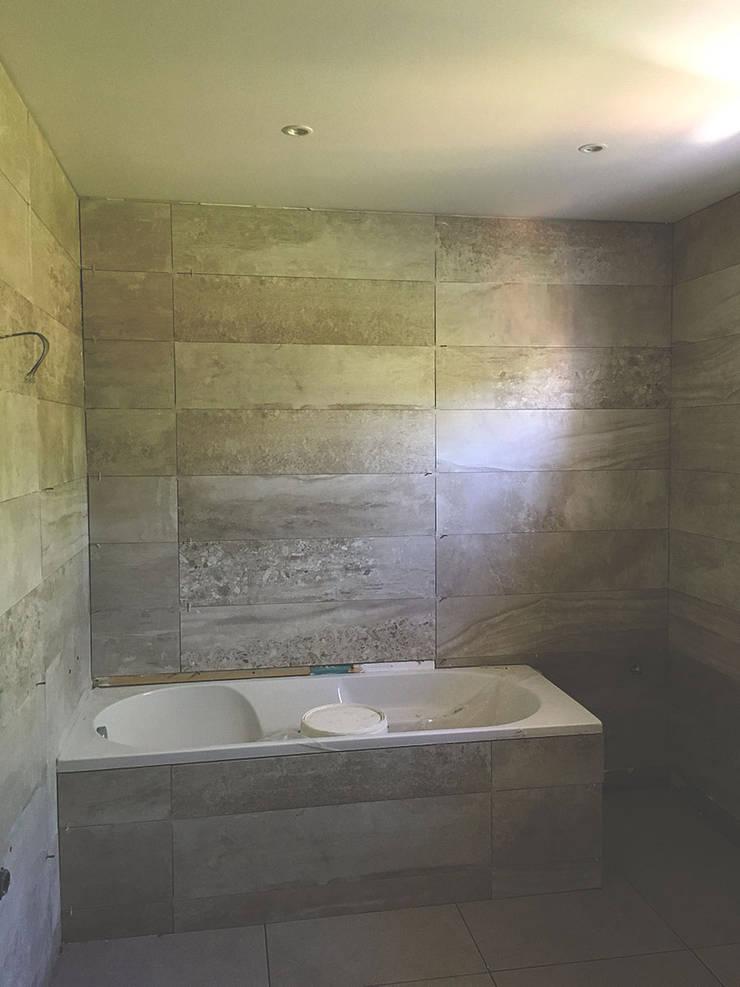 Quarto de banho da suite - Depois:   por HC Construções