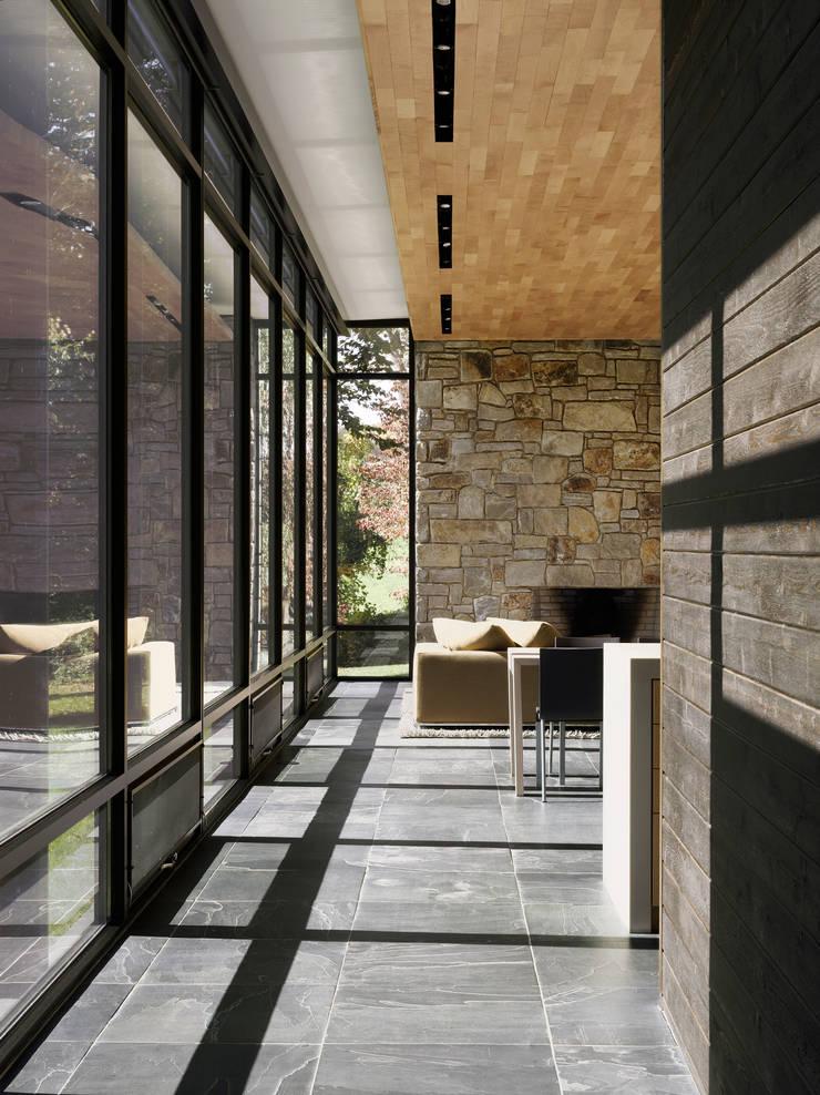 Dangle Byrd House, Koko Architecture + Design:  Living room by Koko Architecture + Design