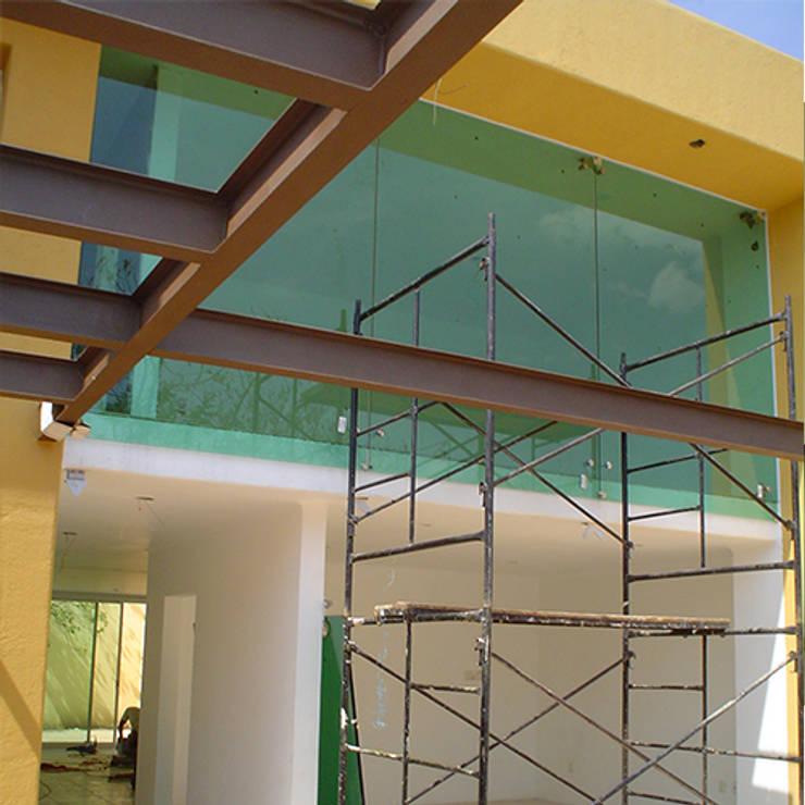 Acabados: Pasillos y recibidores de estilo  por casas eco constructora