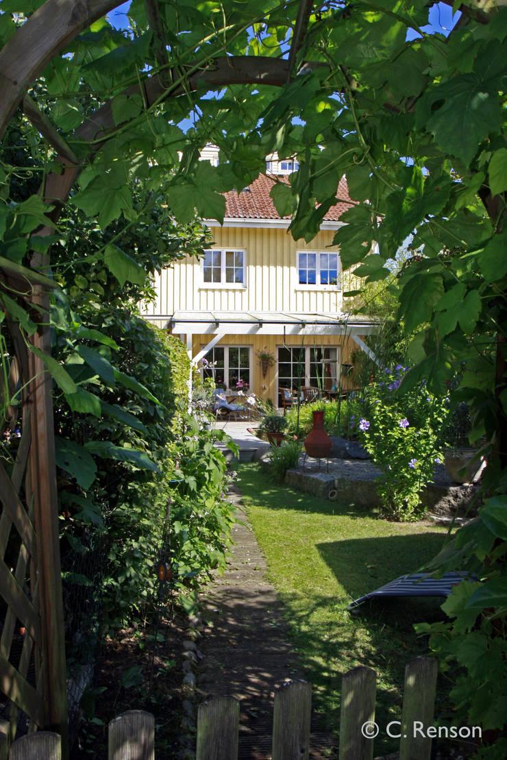 Einblicke in sommerlichen Reihenhausgarten:  Garten von dirlenbach - garten mit stil,