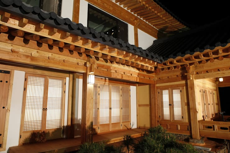 전통한옥, 현대와 만나다: Daehan Housing의  주택