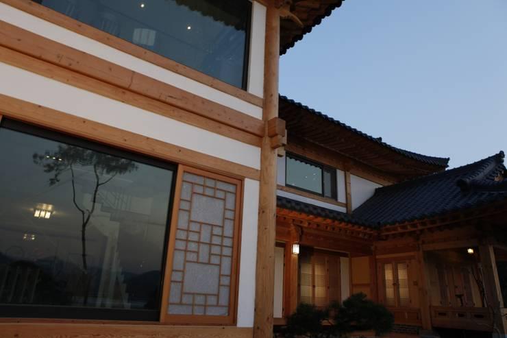 전통한옥, 현대와 만나다: Daehan Housing의  창문