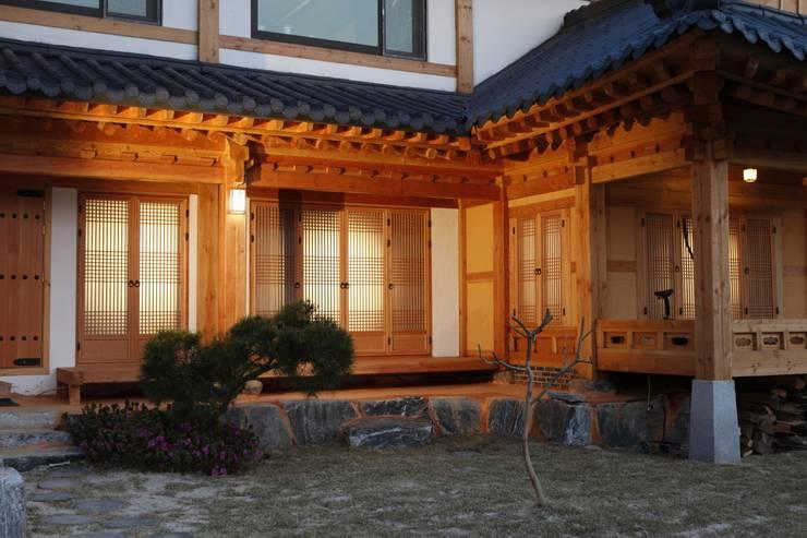 전통한옥, 현대와 만나다: Daehan Housing의  정원