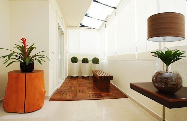 بلكونة أو شرفة تنفيذ Serra Vaz Arquitetura e Design de Interiores