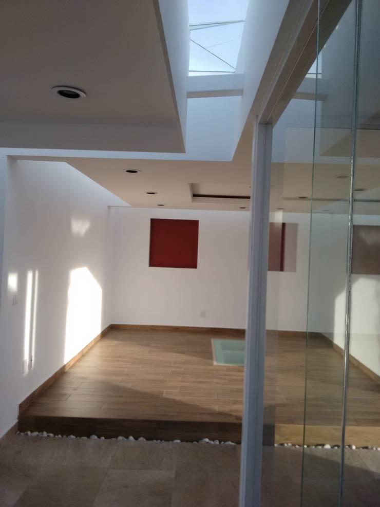 Couloir, entrée, escaliers modernes par Arqca Moderne