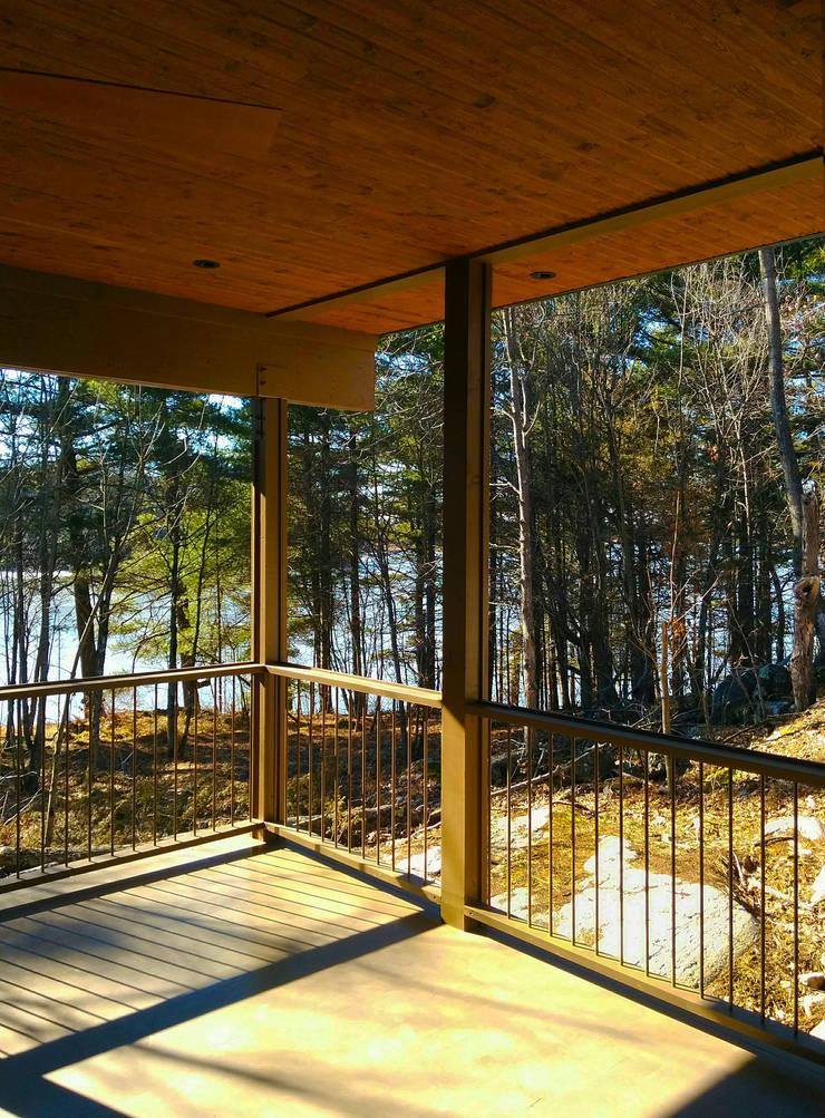 Frontenac House:  Patios & Decks by Solares Architecture