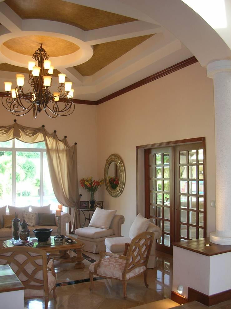 CASA AMARILLA / YELLOW HOUSE : Salas de estilo  por SG Huerta Arquitecto Cancun